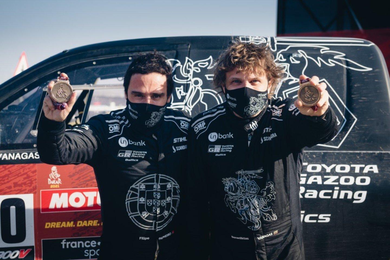 2021 metų Dakarą džentelmenišku poelgiu pradėję Benediktas Vanagas su Filipe Palmeiro vėliau taip pat neatsisakė padėti net ir tiems dalyviams, su kuriais varžėsi dėl aukštesnės pozicijos.<br>V.Pilkausko nuotr.