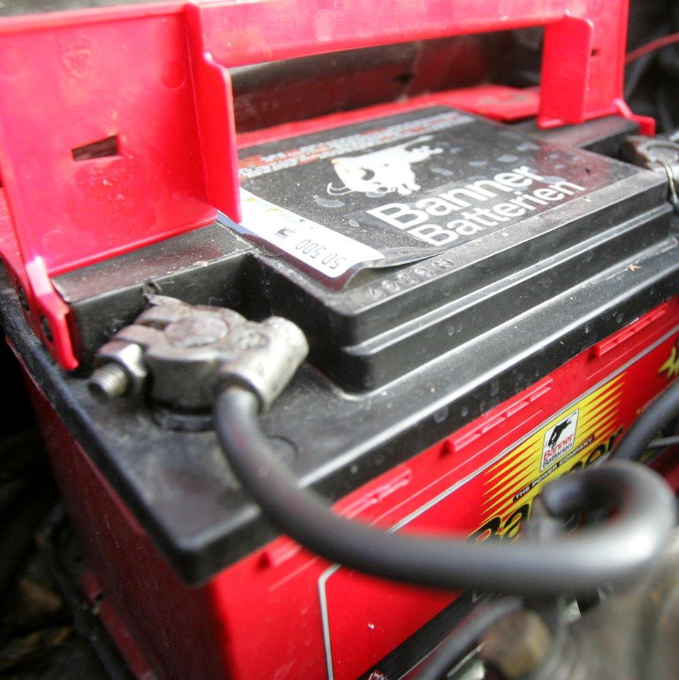 Senesnių automobilių savininkams per šalčius tenka prašyti pagalbos užvesti mašiną arba pirkti naują akumuliatorių.<br>lrytas.lt nuotr.