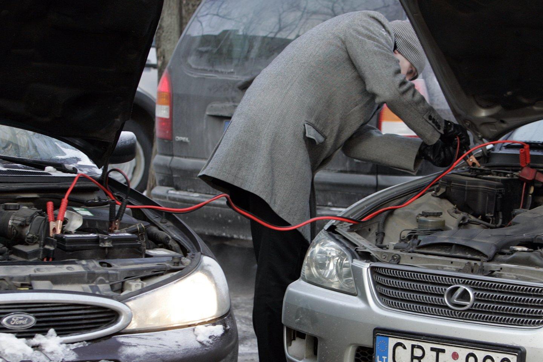 Senesnių automobilių savininkams per šalčius tenka prašyti pagalbos užvesti mašiną arba pirkti naują akumuliatorių.<br>V.Balkūno nuotr.