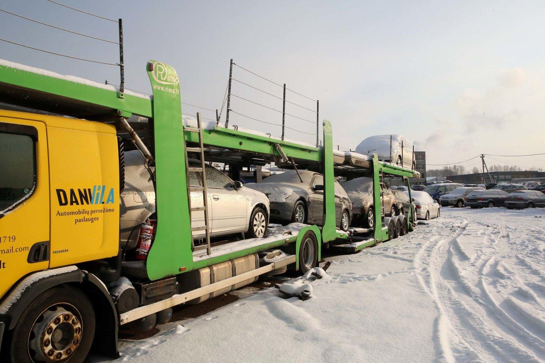 Senesnių automobilių savininkams per šalčius tenka prašyti pagalbos užvesti mašiną arba pirkti naują akumuliatorių.<br>M.Patašiaus nuotr.