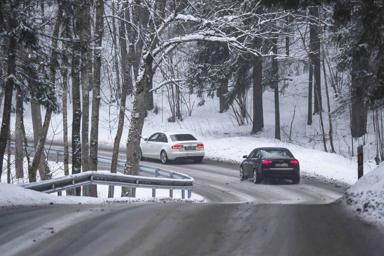 Senesnių automobilių savininkams per šalčius tenka prašyti pagalbos užvesti mašiną arba pirkti naują akumuliatorių.<br>V.Ščiavinsko nuotr.