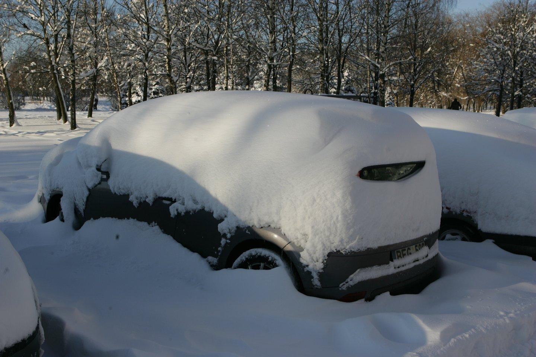 Senesnių automobilių savininkams per šalčius tenka prašyti pagalbos užvesti mašiną arba pirkti naują akumuliatorių.<br>A.Barzdžiaus nuotr.