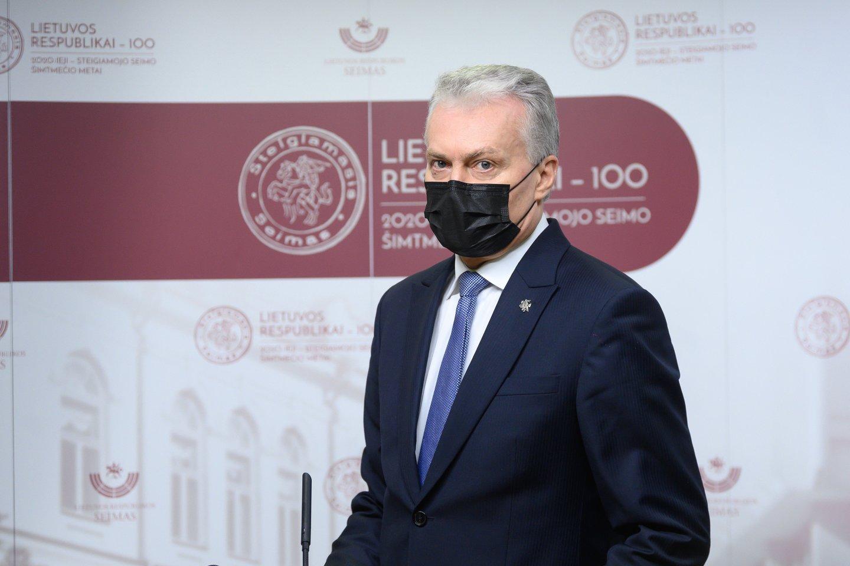 Europos prezidentė Ursula von der Leyen patikino, kad Lietuva pirmąjį ir antrąjį šių metų ketvirtį, iki vasaros pradžios galės paskiepyti mažiausiai 70 proc. Suaugusiųjų šalies gyventojų, penktadienį pranešė prezidentas Gitanas Nausėda. Anot jo, Lietuvai tiekamas vakcinos kiekis per pirmąjį ir antrąjį ketvirtį sudarys keturis milijonus dozių.<br>V.Skaraičio nuotr.