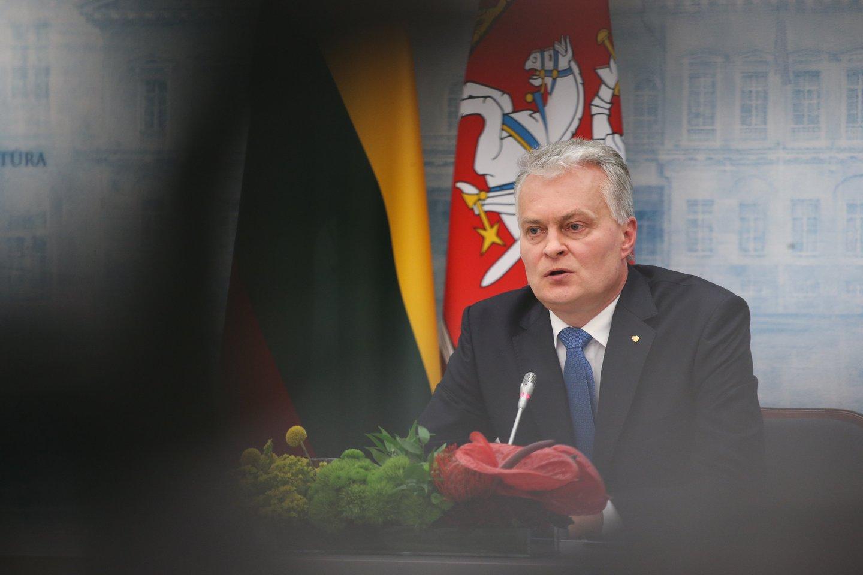 Europos prezidentė Ursula von der Leyen patikino, kad Lietuva pirmąjį ir antrąjį šių metų ketvirtį, iki vasaros pradžios galės paskiepyti mažiausiai 70 proc. Suaugusiųjų šalies gyventojų, penktadienį pranešė prezidentas Gitanas Nausėda. Anot jo, Lietuvai tiekamas vakcinos kiekis per pirmąjį ir antrąjį ketvirtį sudarys keturis milijonus dozių.<br>R.Danisevičiaus nuotr.