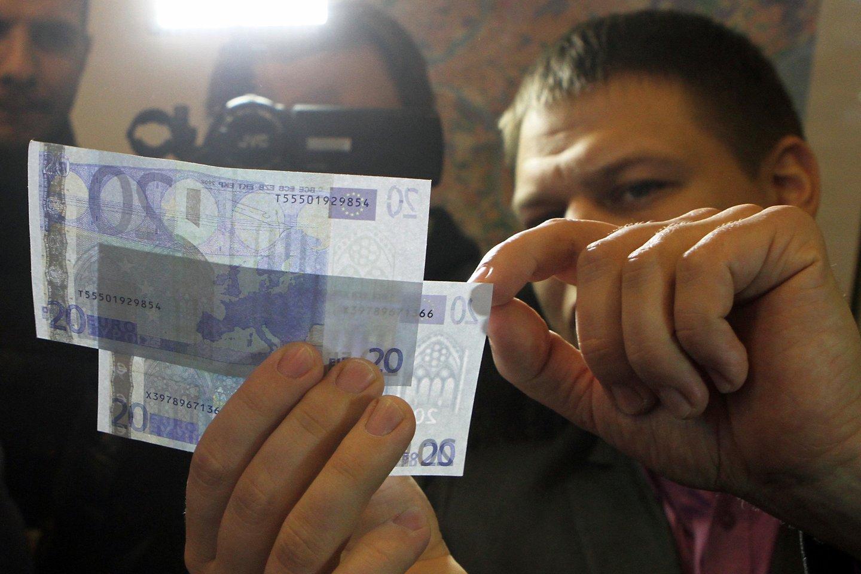 Dažniausiai tebeklastojami 20 ir 50 eurų nominalo banknotai.<br>M.Patašiaus nuotr.