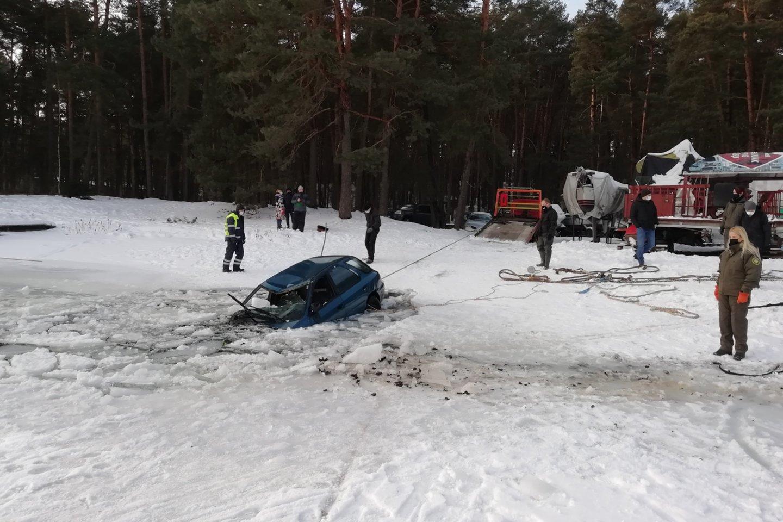 Formalus automobilio savininkas tikino pardavęs jį nepažįstamam vyrui likus pusvalandžiui iki įlūžimo Kauno mariose.<br>Kauno aplinkos apsaugos inspekcijos nuotr.