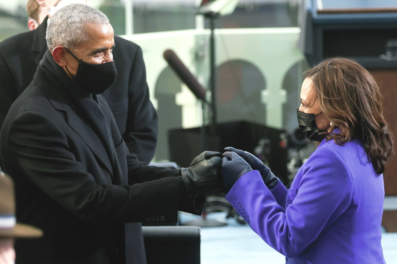 """Prezidento J.Bideno ir viceprezidentės K.Harris (dešinėje) inauguracija tapo istoriniu įvykiu, daugeliui JAV gyventojų leidusiu atsikvėpti ir sugrąžinusiu viltį.<br>AP/""""Scanpix"""" nuotr."""
