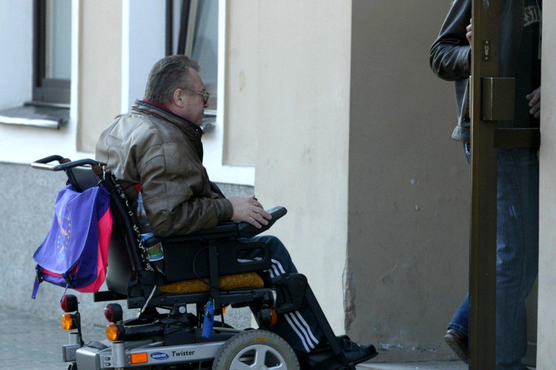 Neįgaliesiems priekaištaujant, kad nemažai įstaigų bei viešųjų pastatų vis dar nepritaikyti jų poreikiams, Aplinkos ministerijos specialistai užsimena apie griežtesnę šio proceso kontrolę.<br>T.Stasevičiaus nuotr.