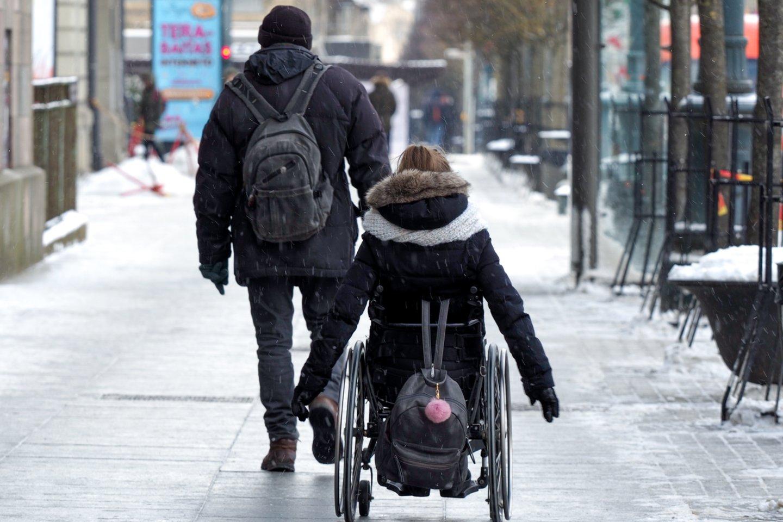 Neįgaliesiems priekaištaujant, kad nemažai įstaigų bei viešųjų pastatų vis dar nepritaikyti jų poreikiams, Aplinkos ministerijos specialistai užsimena apie griežtesnę šio proceso kontrolę.<br>V.Ščiavinsko nuotr.