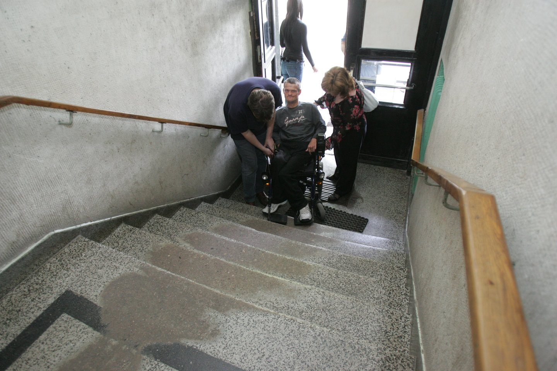 Neįgaliesiems priekaištaujant, kad nemažai įstaigų bei viešųjų pastatų vis dar nepritaikyti jų poreikiams, Aplinkos ministerijos specialistai užsimena apie griežtesnę šio proceso kontrolę.<br>A.Barzdžiaus nuotr.