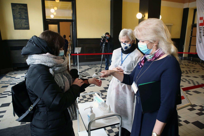Sveikatos apsaugos ministro Arūno Dulkio teigimu, be eilės pasiskiepyti užlindę asmenys antrąją vakcinos dozę gaus, tačiau kartu su ja jų gali laukti ir tūkstantinės baudos.<br>M.Patašiaus nuotr.