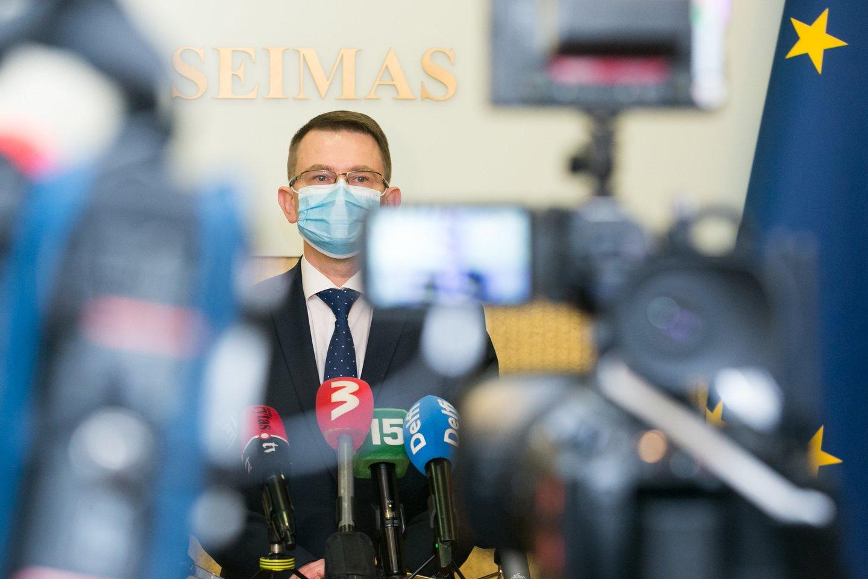 Sveikatos apsaugos ministro Arūno Dulkio teigimu, be eilės pasiskiepyti užlindę asmenys antrąją vakcinos dozę gaus, tačiau kartu su ja jų gali laukti ir tūkstantinės baudos.<br>T.Bauro nuotr.