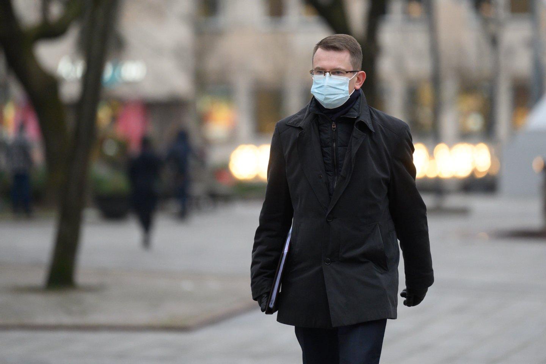 Sveikatos apsaugos ministro Arūno Dulkio teigimu, be eilės pasiskiepyti užlindę asmenys antrąją vakcinos dozę gaus, tačiau kartu su ja jų gali laukti ir tūkstantinės baudos.<br>V.Skaraičio nuotr.