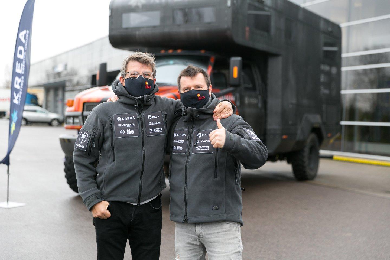 """Lenktynininkas Antanas Juknevičius parduoda """"Overdrive Toyota Hilux IRS"""" automobilį su kuriuo net tris metus lenktyniavo Dakare.<br>T.Bauro nuotr."""