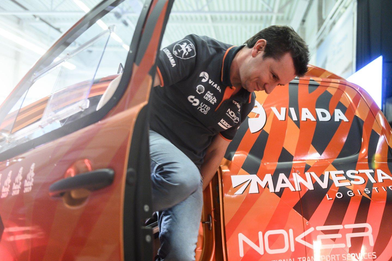 """Lenktynininkas Antanas Juknevičius parduoda """"Overdrive Toyota Hilux IRS"""" automobilį su kuriuo net tris metus lenktyniavo Dakare.<br>V.Skaraičio nuotr."""