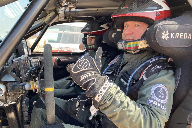 """Lenktynininkas Antanas Juknevičius parduoda """"Overdrive Toyota Hilux IRS"""" automobilį su kuriuo net tris metus lenktyniavo Dakare.<br>V.Dranginio nuotr."""
