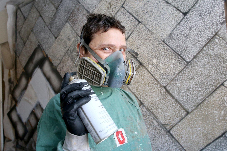 Tapytoja Eglė Ridikaitė savo studijoje: vietoj teptuko – dažų balionėlis.<br>R.Danisevičiaus nuotr.