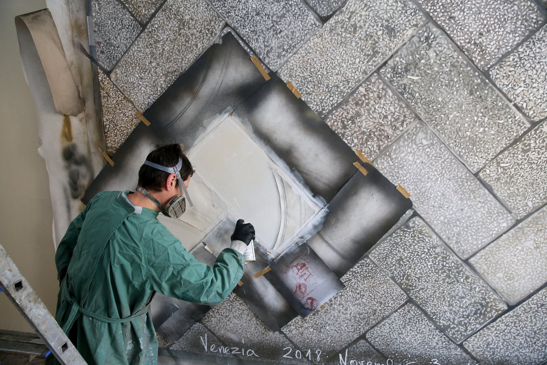 Tapytoja Eglė Ridikaitė savo darbuose stengiasi tiksliai atkurti Vilniaus pastatų grindų fragmentus.<br>R.Danisevičiaus nuotr. nuotr.