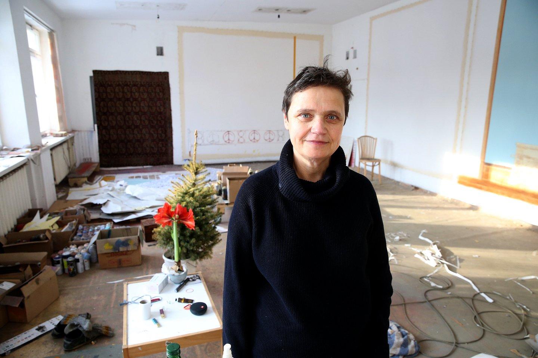 Tapytoja Eglė Ridikaitė savo studijoje prie Didžiosios Vilniaus sinagogos griuvėsių..<br>R.Danisevičiaus nuotr.