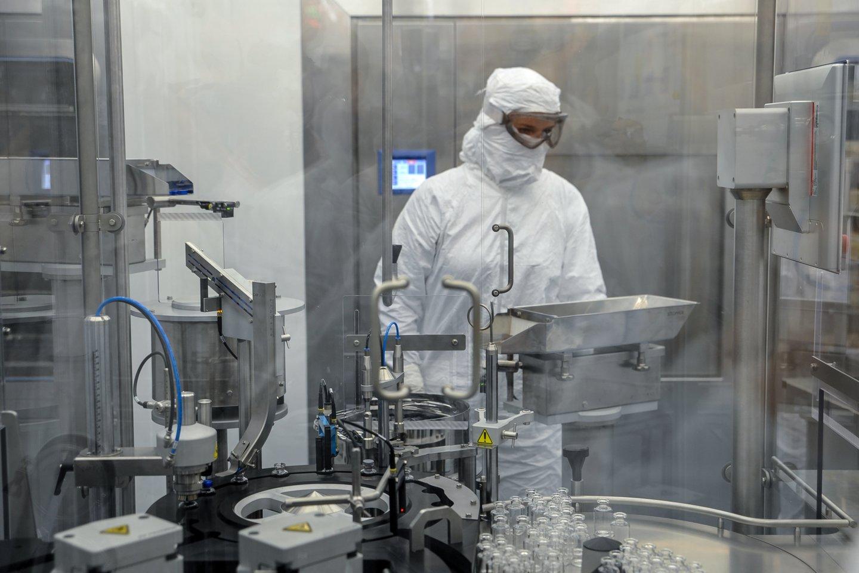 """""""Thermo Fisher Scientific Baltics"""" pernai pavasarį pradėjo gaminti reagentus COVID-19 testams.<br>V.Ščiavinsko nuotr."""