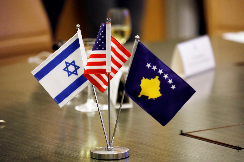 Izraelis ir Kosovas pirmadienį užmezgė diplomatinius santykius, šiai Balkanų valstybei, kurioje gyventojų daugumą sudaro musulmonai, pripažinus Jeruzalę žydų valstybės sostinę, nors tokia pozicija kertasi su likusio islamo pasaulio nuostatomis.<br>Reuters/Scanpix nuotr.