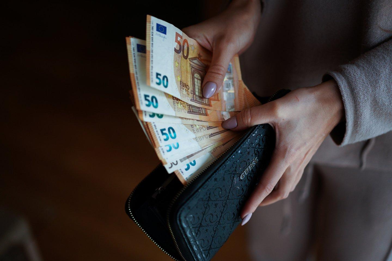Bankai praneša, kad sukaupti lietuvių indėliai – rekordiniai, todėl vieni ekonomistai tiki, jog, tik atlaisvinus karantino suvaržymus, gyventojai bus linkę stipriai leisti savo sukauptus pinigus.<br>G.Bitvinsko nuotr.