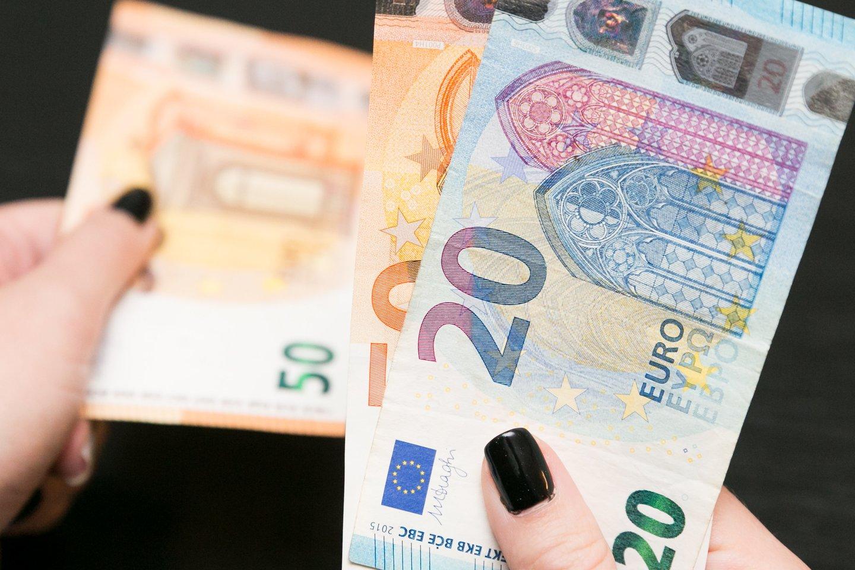 Bankai praneša, kad sukaupti lietuvių indėliai – rekordiniai, todėl vieni ekonomistai tiki, jog, tik atlaisvinus karantino suvaržymus, gyventojai bus linkę stipriai leisti savo sukauptus pinigus.<br>T.Bauro nuotr.