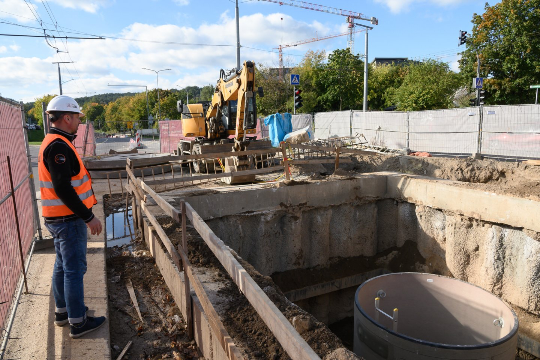 """Praėjusiais metais Vilniaus miesto tvarkymo įmonė """"Grinda"""" baigė judrios sostinės T. Narbuto gatvės lietaus nuotekų kolektoriaus rekonstrukciją ir sustoti neketina.<br>V.Skaraičio nuotr."""