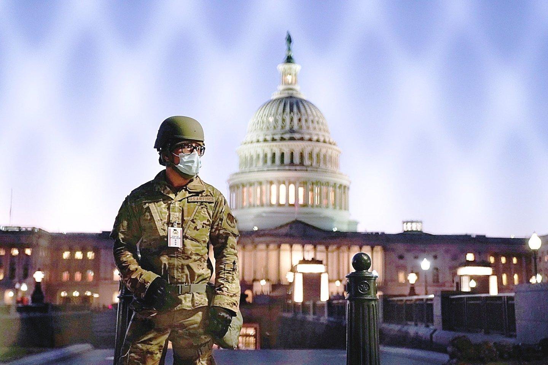 """Kapitolijus apjuostas tvora, o teritoriją saugo gausesnės pareigūnų pajėgos, bet dešiniųjų ekstremistų grėsmė nedingo.<br>""""Reuters""""/""""Scanpix"""" nuotr."""