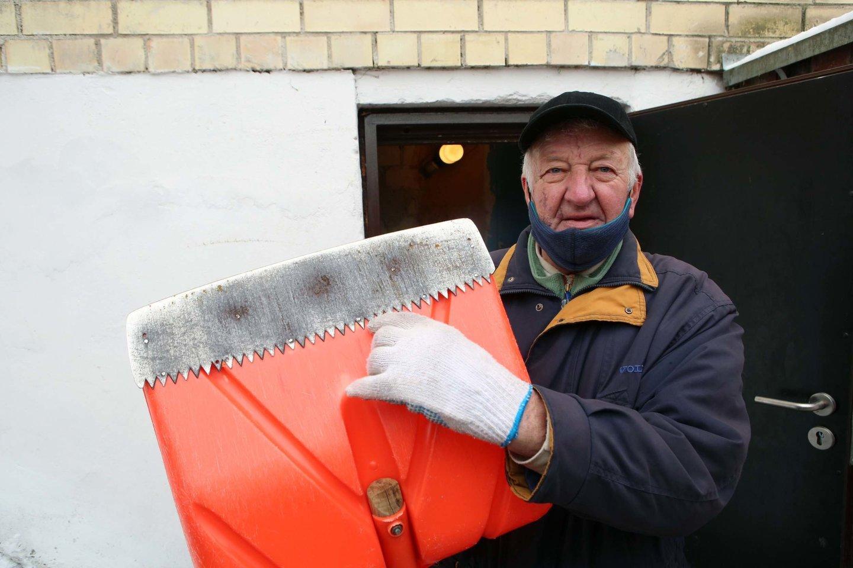 J.Dargevičius pasitobulino plastikinį kastuvą sniegui valyti prie jo galo pritvirtinęs plieninio pjūklo dalį.<br>M.Patašiaus nuotr.