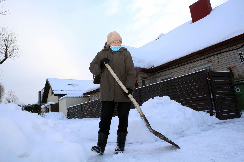 Prie daugelio Kauno daugiabučių pūpso kalnai sniego, per juos sunku prieiti prie automobilių, o apsnigti šaligatviai yra virtę sutrypto ir slidaus sniego spąstais.<br>M.Patašiaus nuotr.