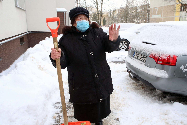 Bendrijos pirmininkė V.Adomavičienė buvo nepatenkinta valytojos darbu, todėl pati dar kartą valė sniegą prie namų.<br>M.Patašiaus nuotr.