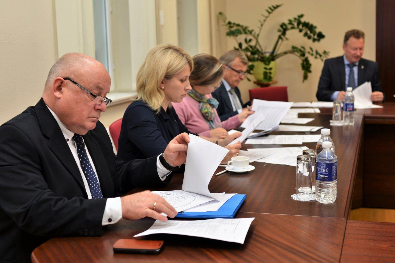 Ilgametis LMTA Klaipėdos fakulteto vadovas V.Tetenskas (kairėje) neįtarė, kad jo įpėdine taps Lietuvos prezidento žmonos D.Nausėdienės sesuo L.Jonavičienė.<br>G.Pilaičio nuotr.