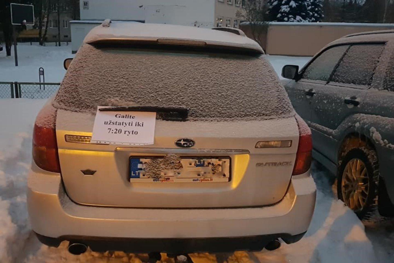 """Socialiniame tinkle """"Facebook"""" plinta nauja idėja – ant automobilio pakabinti lapelį, kur užrašyta, iki kelintos valandos galima užstatyti transporto priemonę.<br>Vitalijaus Šeršniovo nuotr."""