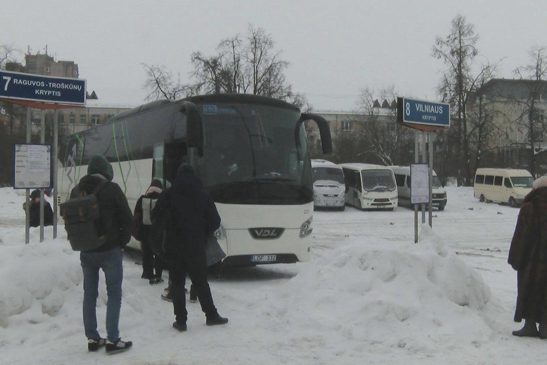 Dėl karantino drastiškai sumažinus autobusų maršrutų skaičių žmonės piktinasi negalintys nuvykti į kitus miestus net ir prispirti labai svarbaus reikalo.<br>Stop kadras