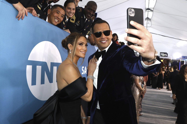 Karantinas paveikė Jennifer Lopez su sužadėtiniu Alexu santykius.<br>Scanpix/AP nuotr.