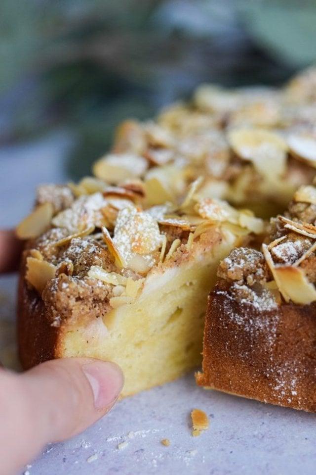 """Minkštas ir purus obuolių pyragas su traškiu migdolų bei trupinių viršumi.<br>""""Skaniai sveikai"""" nuotr."""