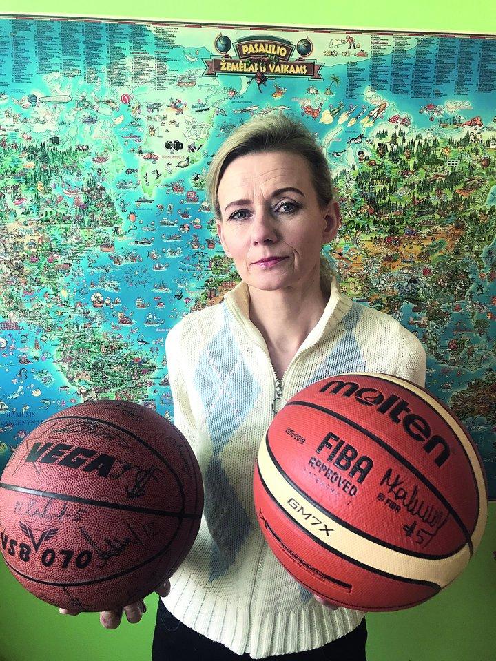 Kamuoliai – taip pat laimėti Linos: vienas su Lietuvos krepšinio rinktinės žaidėjų parašais, kitas – su Manto Kalniečio autografu, kurį gavo laimėjusi kelionę į Milaną susitikti su krepšininku.<br>Nuotr. iš asmeninio albumo