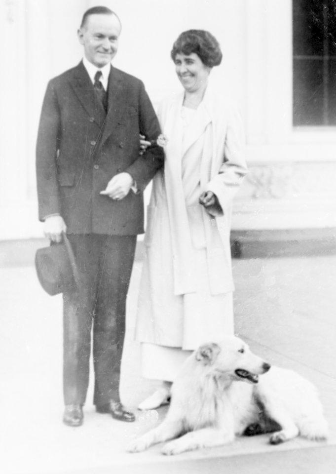 Pirmoji ponia Grace Coolidge, prezidento Calvino Coolidge'o žmona, Baltuosiuose rūmuose laikė meškėną Rebecca.Pirmoji pora taip pat laikė rūmuose šunį.<br>AP/Scanpix nuotr.