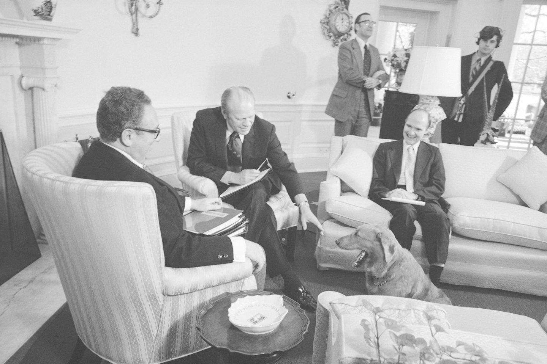 Pranešama, kad prezidentas Geraldas Fordas mėgo žaisti su savo auksaspalviu retriveriu, vardu Liberty, Baltųjų rūmų vykdomojoje rezidencijoje.<br>AP/Scanpix nuotr.