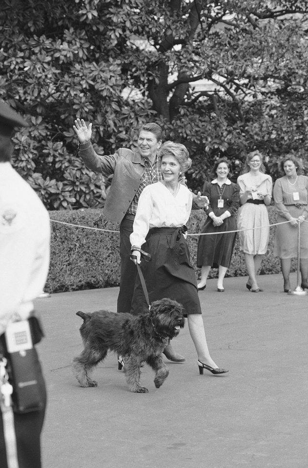 Prezidentas Ronaldas Reaganas su žmona ir šunimi Lucky.<br>AP/Scanpix nuotr.
