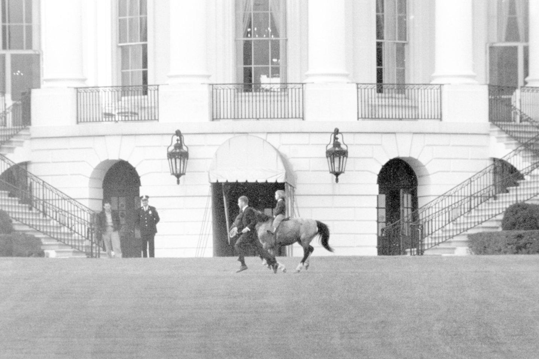 Į Baltuosius rūmus tarp įprastų augintinių šunų Keneddy šeima atsivedė ir neįprastą – ponį.<br>AP/Scanpix nuotr.