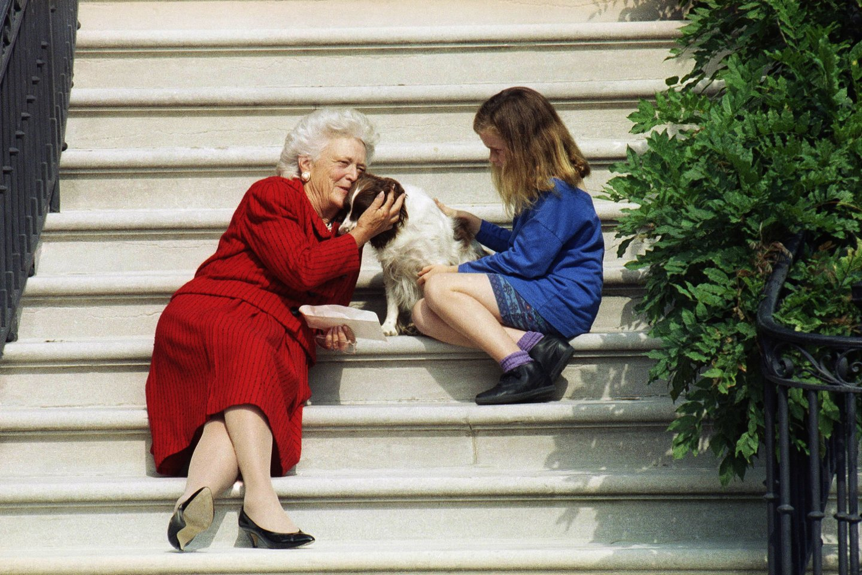 Pirmoji ponia Barbara Bush su savo anūke irištikimu šunimiMillie.<br>AP/Scanpix nuotr.
