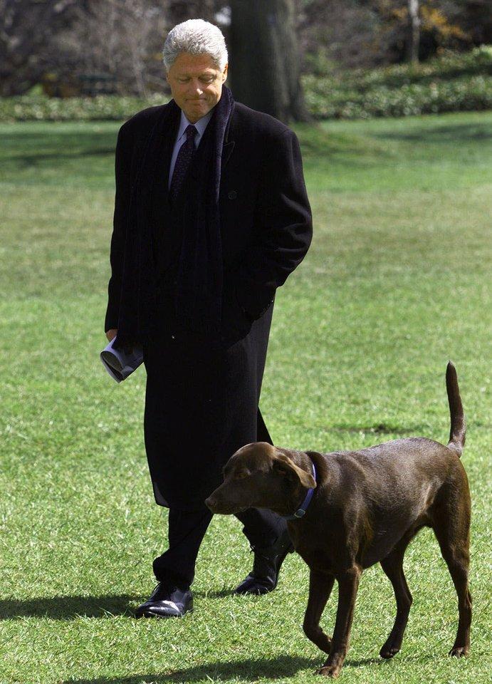 Prezidentas Billas Clintonas Baltuosiuose rūmuose vienu metu apgyvendino šunį Buddy ir katiną Socks.<br>AP/Scanpix nuotr.