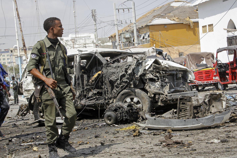 Liudininkai pasakojo girdėję šūvius ir matę, kaip automobiliai ir triratės autorikšos išsisklaidė dar prieš nugriaudėjant stipriam sprogimui.<br>AP/Scanpix nuotr.