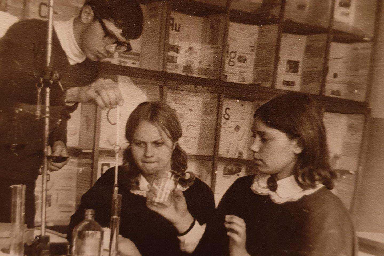 Liudas Mažylis chemijos būrelyje.<br>Asmeninio albumo nuotr.