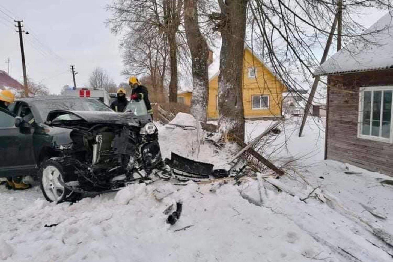 """Ukmergės r. girtas vairuotojas sudaužėautomobilį """"Porsche Cayenne"""".<br>Facebook/Ukmergės priešgaisrinė gelbėjimo tarnyba nuotr."""