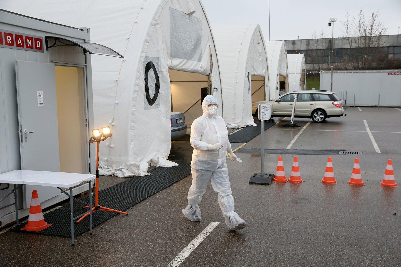 Galimybe profilaktiškai išsitirti dėl koronaviruso prieš pradedant darbą pirmadienį pasinaudojo keli tūkstančiai žmonių.<br>R.Danisevičiaus nuotr.