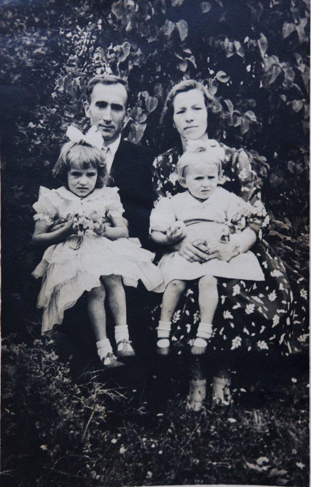 Juozas ir Zosė Jakavoniai su dukrelėmis Birute ir Angele.<br>Asmeninio archyvo nuotr.