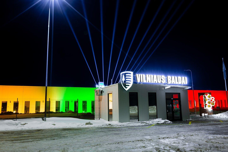 Baldų gamykla Guopstų kaime štai taip švies iki Vasario 16-osios vakaro.<br>S.Lankučio nuotr.